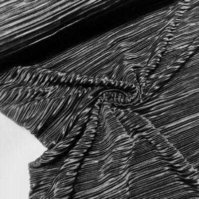 fekete pliszírozott anyag