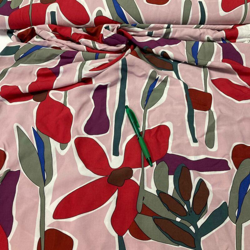 púderrózsaszín alapon virág mintás flokon